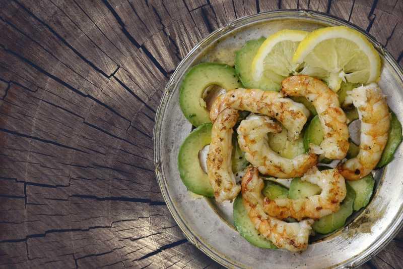 Sauteed shrimps with avocado
