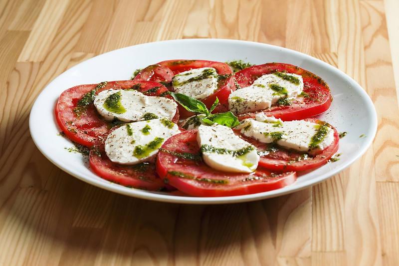 Easy vegetarian keto tomato, mozzarella & basil pesto salad